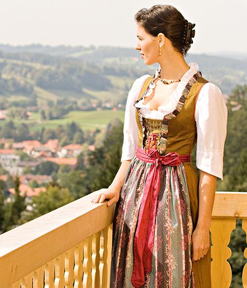 Das Foto zeigt eine Frau mit einem Dirndl Lang Maxi für Damen, auch in Übergrößen