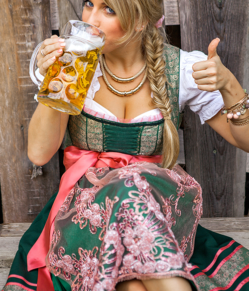 Das Foto zeigt eine Frau mit einem Midi Dirndl für Damen